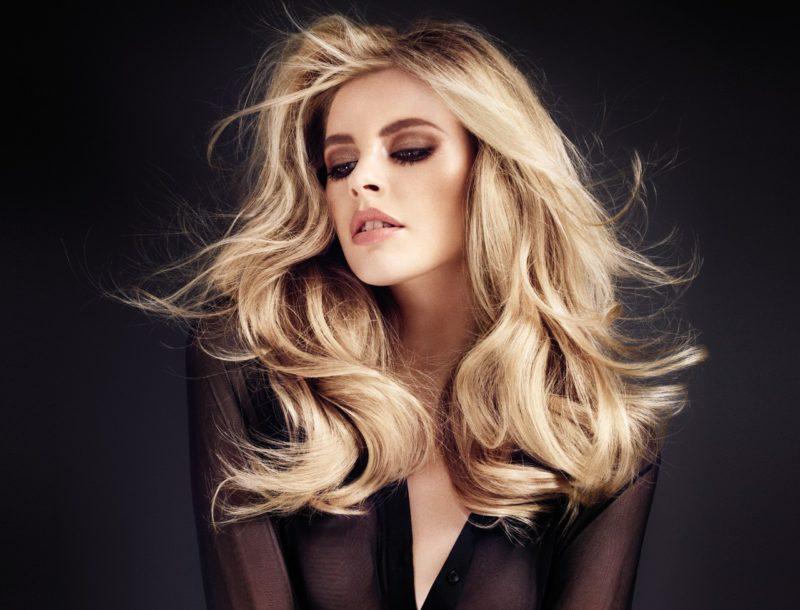 une belle femme avec des cheveux lisses et brillants grace au brushing